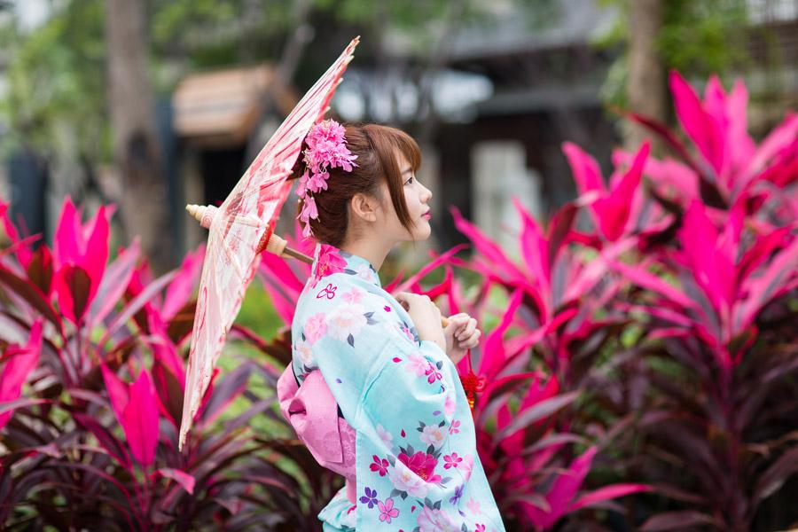 フリー写真 浴衣姿で日傘を差して横を向いている女性