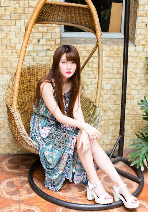 フリー写真 ゆりかごの椅子に座っている女性