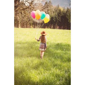 フリー写真, 人物, 子供, 女の子, 後ろ姿, 草むら, 風船, 帽子