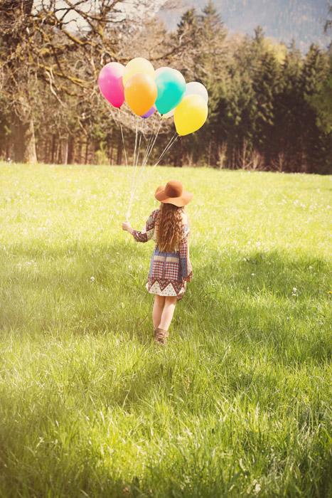 フリー写真 風船を持っている女の子の後ろ姿