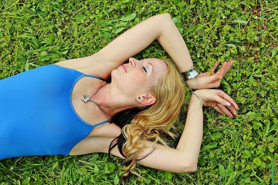 フリー写真 草の上に寝転ぶ外国人女性