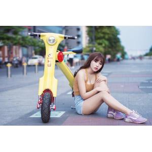 フリー写真, 人物, 女性, アジア人女性, 女性(00205), ベトナム人, 人と乗り物, 乗り物, バイク(オートバイ), スクーター, 電動スクーター, 座る(地面)