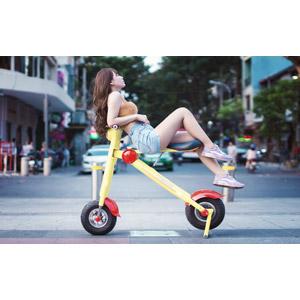 フリー写真, 人物, 女性, アジア人女性, 女性(00205), ベトナム人, 人と乗り物, 乗り物, バイク(オートバイ), スクーター, 電動スクーター, 目を閉じる, ショートパンツ