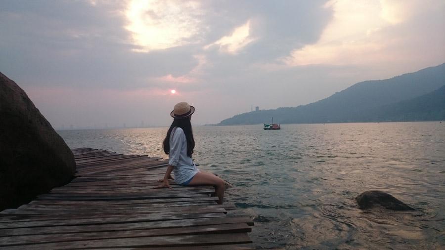 フリー写真 海と桟橋に座る女性