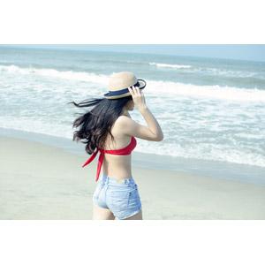 フリー写真, 人物, 女性, 人と風景, 帽子, 麦わら帽子, ビーチ(砂浜), 海, 水着, ビキニ, ショートパンツ, 海水浴