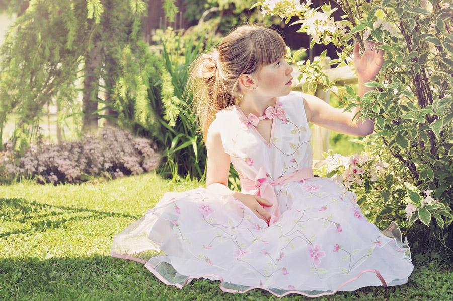 フリー写真 葉っぱに触れる外国の女の子
