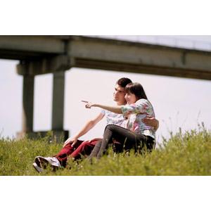 フリー写真, 人物, カップル, 恋人, 愛(ラブ), 草むら, 座る(地面), 二人, 指差す, 眺める, ルーマニア人