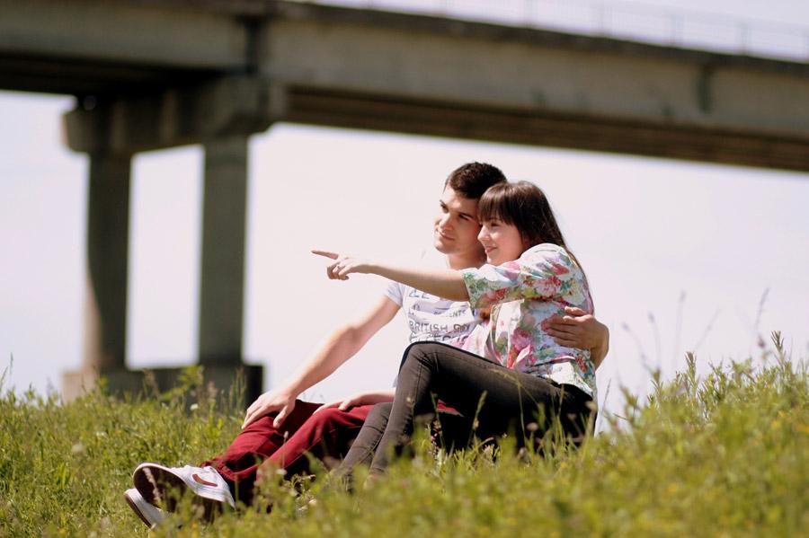 フリー写真 草むらに座っているラブラブなカップル