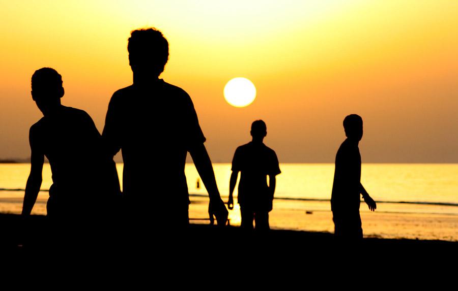 フリー写真 夕日と人々のシルエット