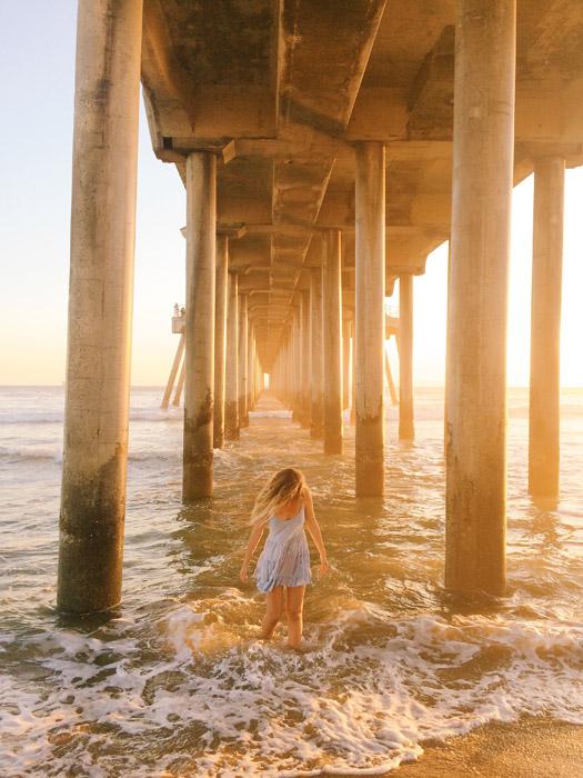 フリー写真 ハンティントンビーチの桟橋の下の外国人女性