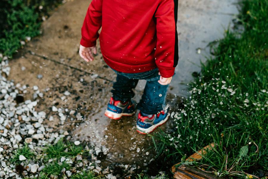 フリー写真 水溜まりの中に入る子供