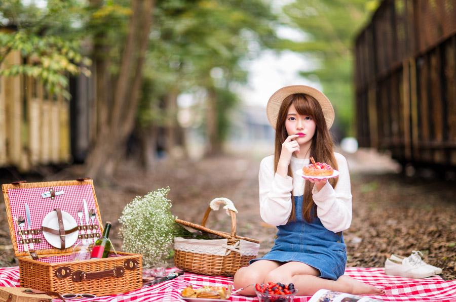 フリー写真 唇に指を当てるピクニック中の女性