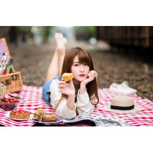 フリー写真, 人物, 女性, アジア人女性, 中国人, 欣欣(00001), ピクニック, ケーキ, 頬杖をつく, 雑誌, 腹這い