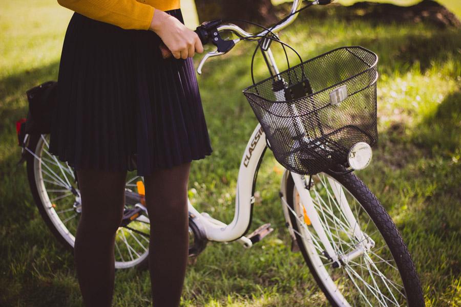 フリー写真 自転車の脇に立つ女性