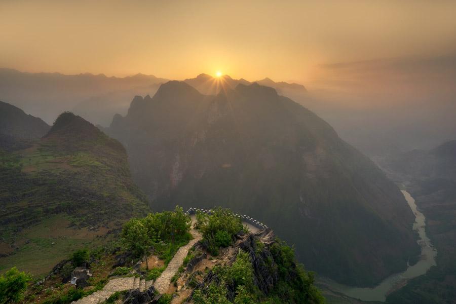 フリー写真 ベトナムの渓谷と朝日の風景
