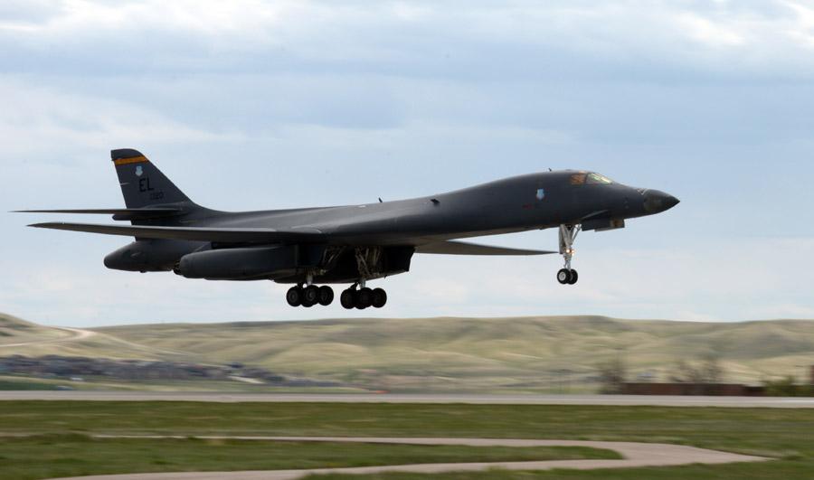 フリー写真 着陸するB-1ランサー爆撃機