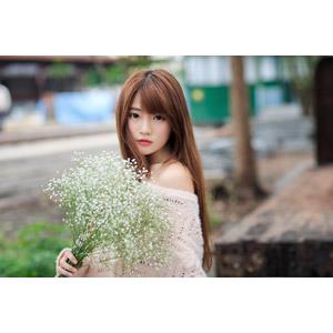 フリー写真, 人物, 女性, アジア人女性, 欣欣(00001), 中国人, 人と花, 花束, かすみ草(カスミソウ)
