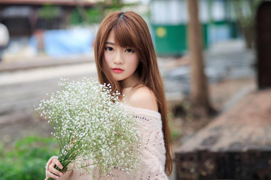 フリー写真 オフショニット姿でカスミソウの花束を持つ女性