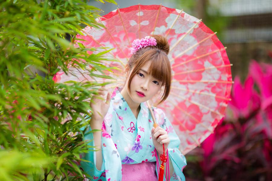 フリー写真 植木と浴衣姿で日傘を差す女性
