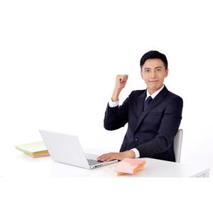 フリー写真, 人物, 男性, アジア人男性, 日本人, 男性(00016), 職業, 仕事, ビジネス, ビジネスマン, サラリーマン, メンズスーツ, パソコン(PC), ノートパソコン, デスクワーク, ガッツポーズ, 頑張る, 白背景