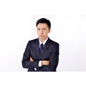 フリー写真, 人物, 男性, アジア人男性, 日本人, 男性(00016), 職業, 仕事, ビジネス, ビジネスマン, サラリーマン, メンズスーツ, 白背景, 腕を組む, 怒る