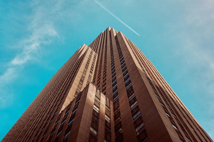フリー写真 飛行機雲とロックフェラー・センターの高層ビル