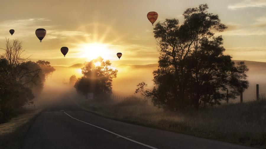 フリー写真 朝日と霧のかかる田舎道と熱気球