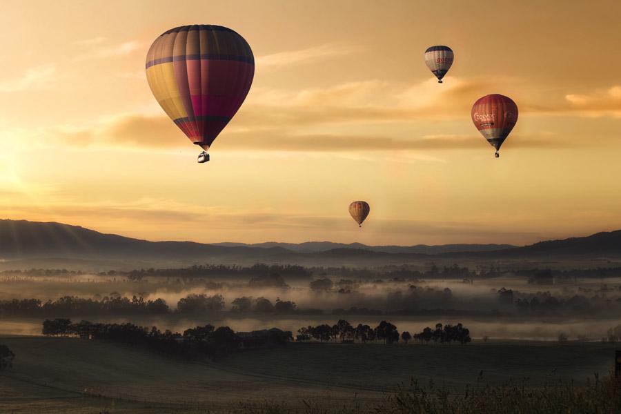 フリー写真 朝焼けの空に浮かぶ熱気球