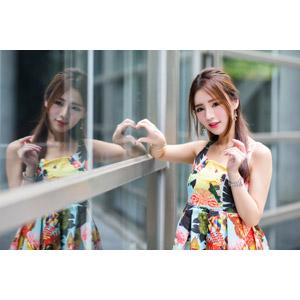 フリー写真, 人物, 女性, アジア人女性, Dora(00078), 中国人, ハート, 手でハートを作る, 鏡像