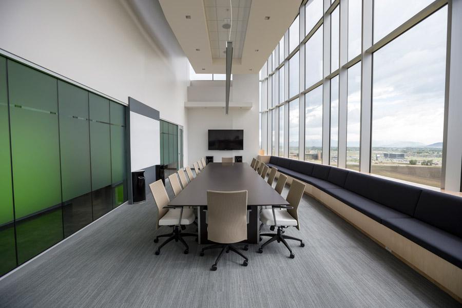 フリー写真 会社の会議室の風景