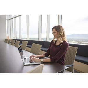 フリー写真, 人物, 女性, 外国人女性, ビジネス, ビジネスウーマン, 仕事, 職業, オフィス, 会議室, デスクワーク, パソコン(PC), ノートパソコン, タイピング, 座る(椅子), 金髪(ブロンド)