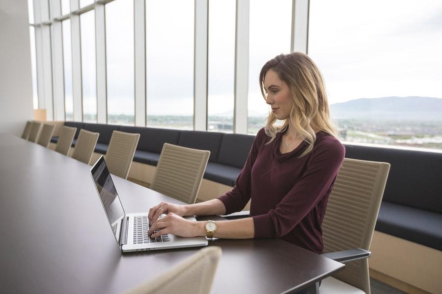 フリー写真 ノートパソコンで仕事中のビジネスウーマン
