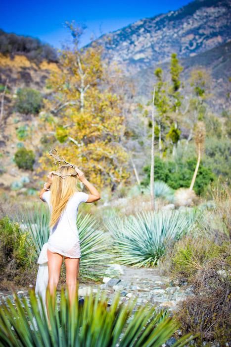 フリー写真 荒野と後ろ姿の外国人女性
