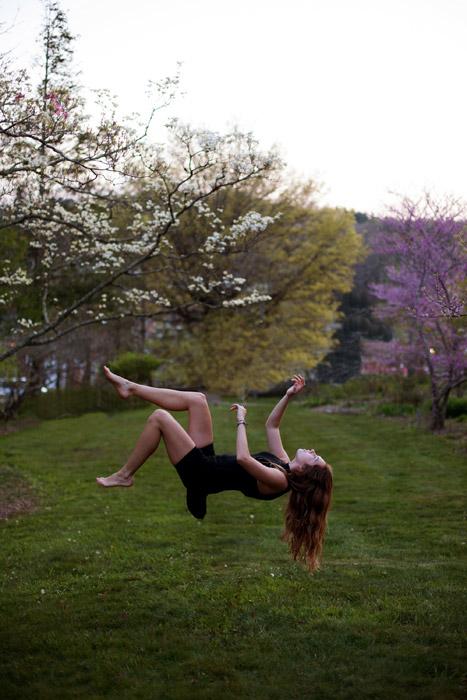 フリー写真 宙に浮かび上がる外国人女性