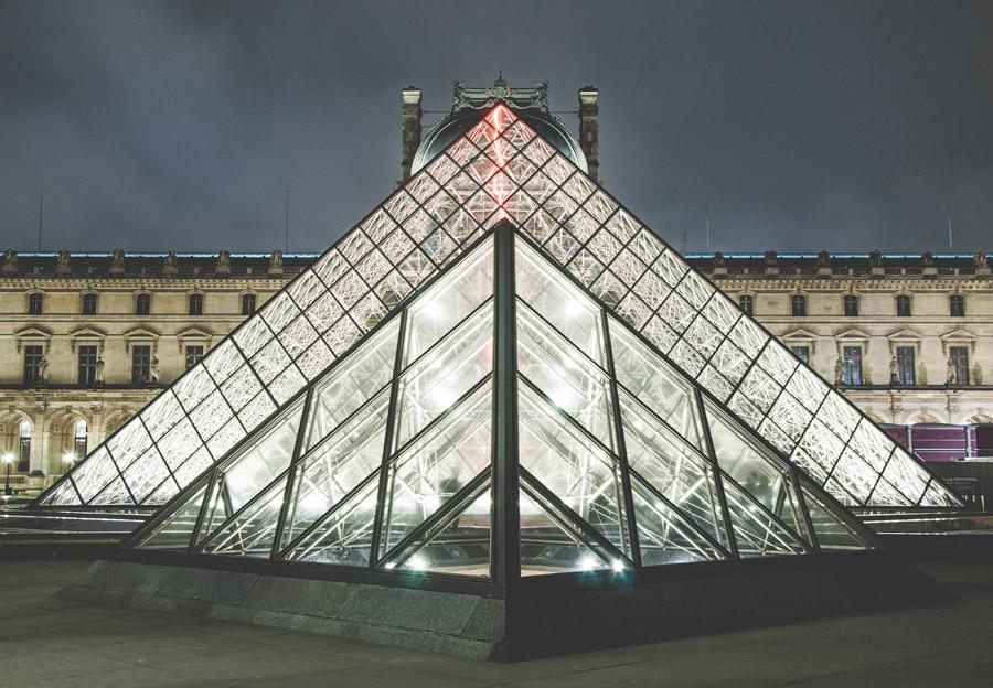 フリー写真 ルーヴル・ピラミッドの夜景