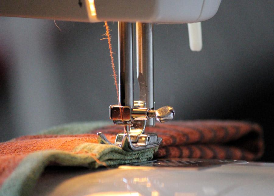 フリー写真 縫物をしているミシン