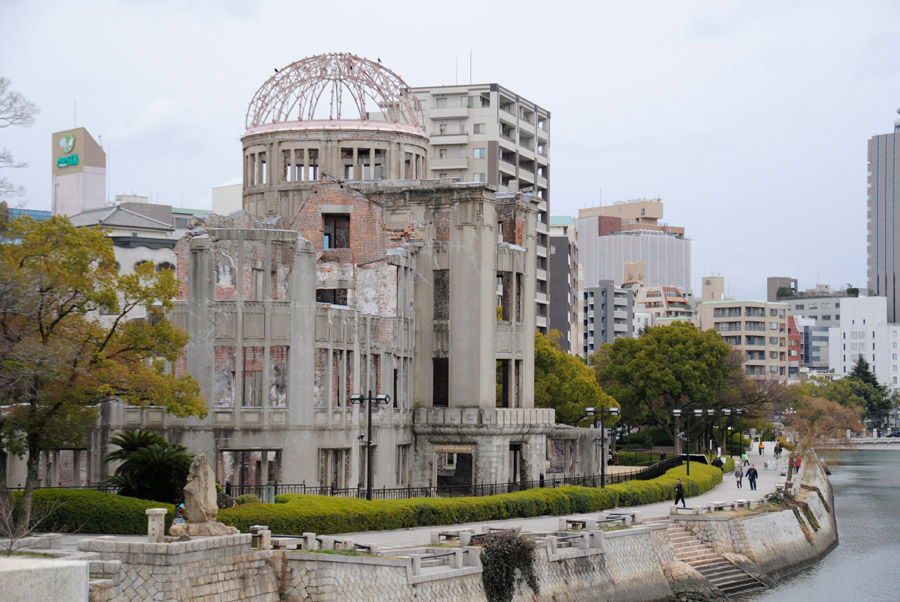 フリー写真 広島平和記念碑の原爆ドーム