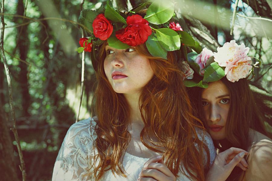 フリー写真 花冠を被った二人の外国人女性