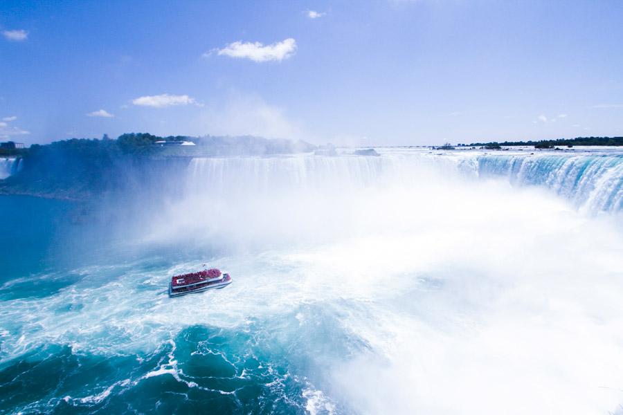 フリー写真 ナイアガラの滝と観光船