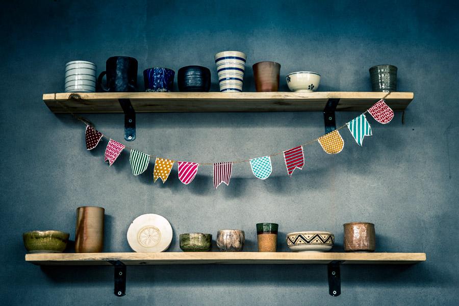 フリー写真 棚に並べられた食器とガーランド