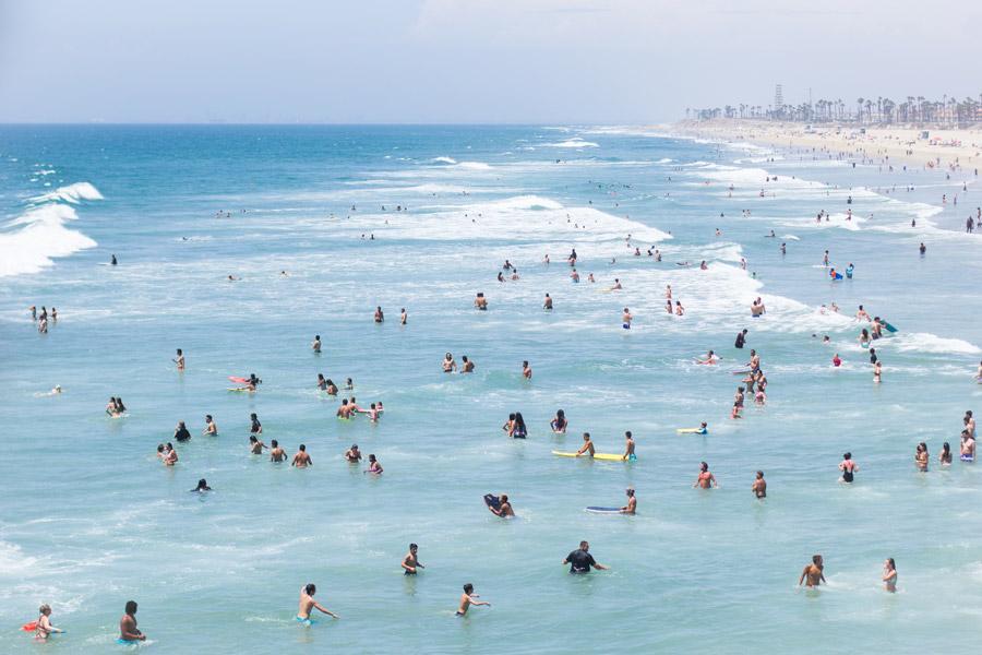 フリー写真 海水浴客で賑わうハンティントンビーチ