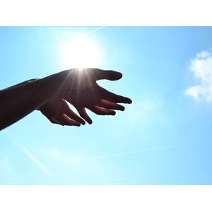 フリー写真, 人体, 手, 空, 青空, 太陽光(日光), 飛行機雲