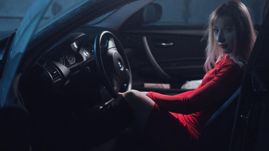 フリー写真 車の運転席に座る外国人女性