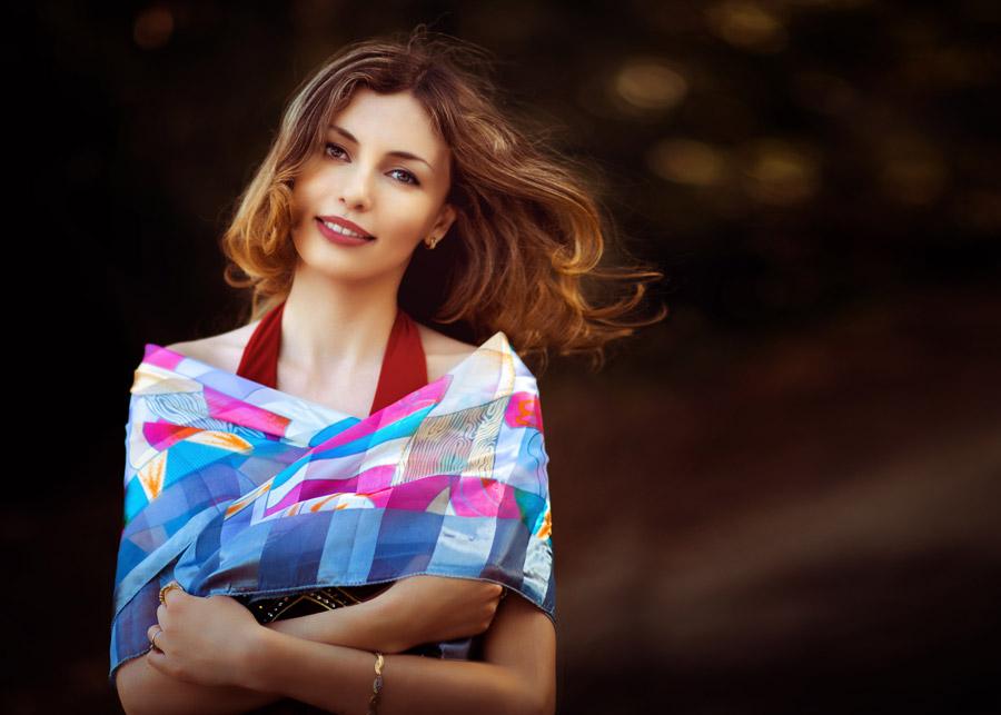 フリー写真 スカーフを羽織る外国人女性