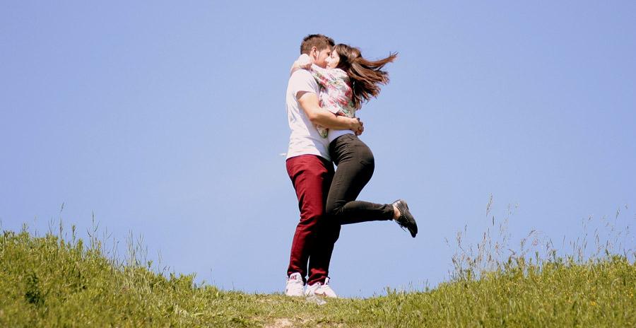 フリー写真 青空と抱き合うカップル