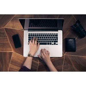 フリー写真, 人体, 手, 家電機器, パソコン(PC), ノートパソコン, スマートフォン(スマホ), 財布, カメラレンズ