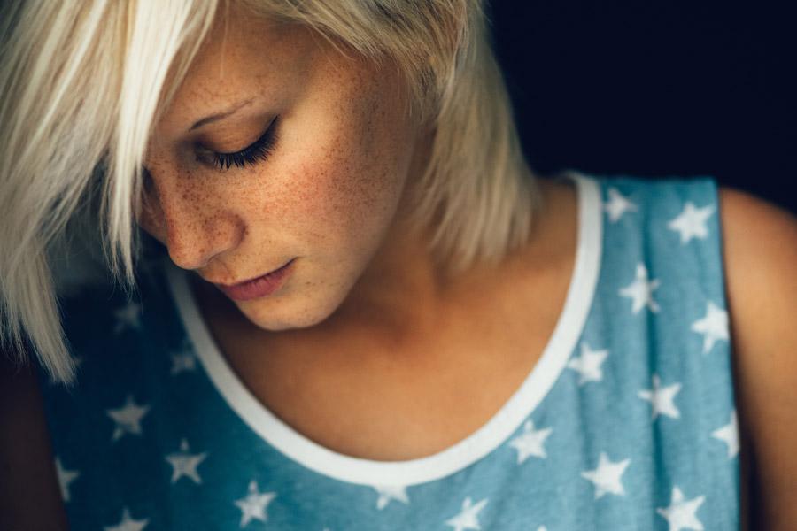 フリー写真 うつむいている金髪の女性