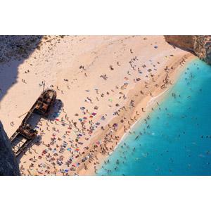 フリー写真, 風景, 人と風景, 海, ビーチ(砂浜), ギリシャの風景, ザキントス島, 海水浴, リゾート, バケーション, 座礁船(放置船), 人込み(人混み)