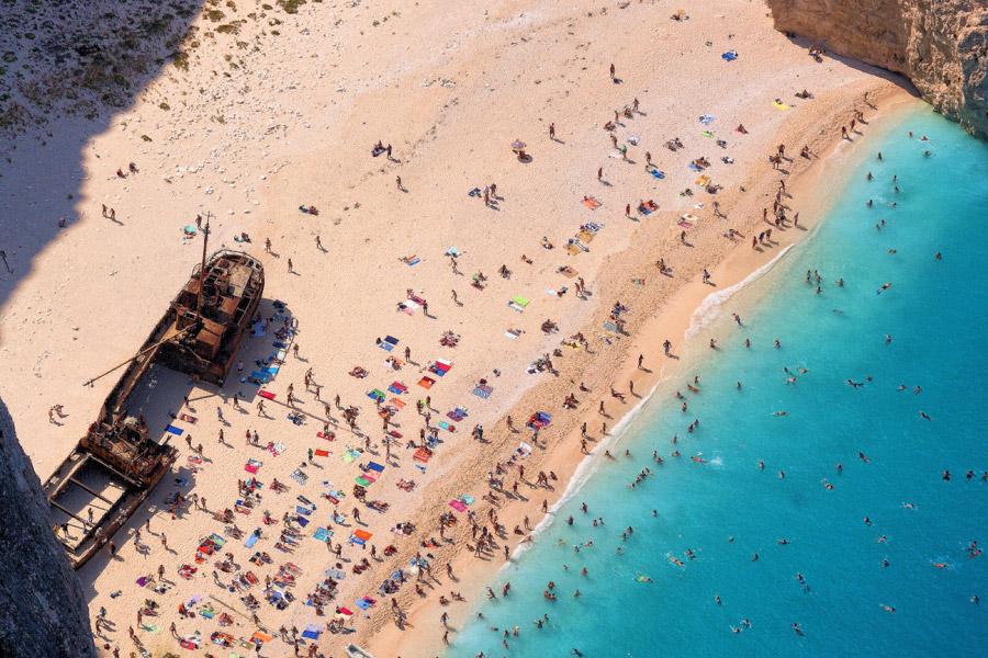 フリー写真 海水浴客で賑わうザキントス島のビーチ