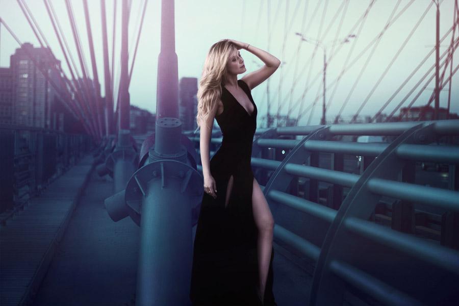 フリー写真 ドレス姿で橋の上に立つ外国人女性